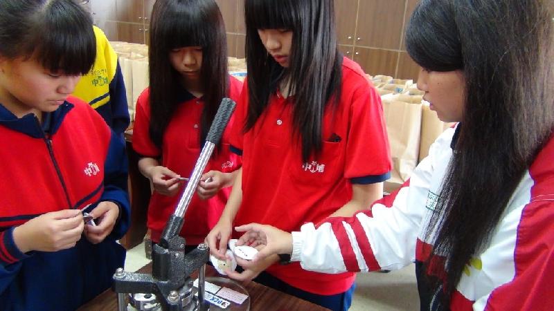國中職業試探個性化胸章製作